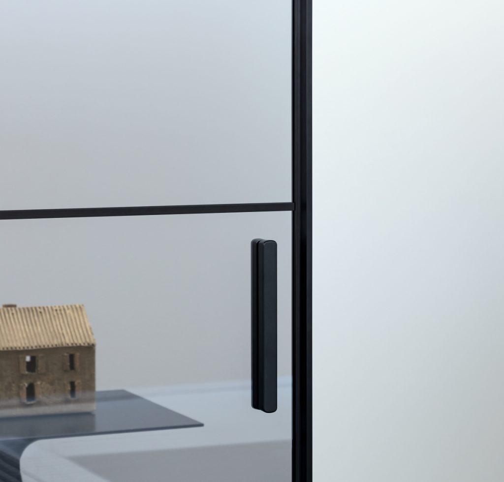 L7 Plus è composto da un binario equipaggiato con un sistema che modula la scorrevolezza della porta