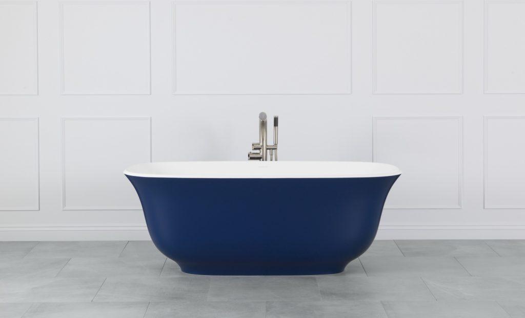 Bianca, blu, viola: la vasca che arreda il bagno