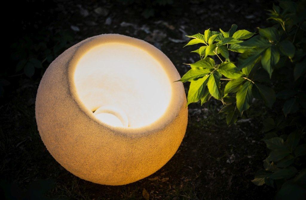 La lampada di spugna versatile di Danese per illuminare il giardino
