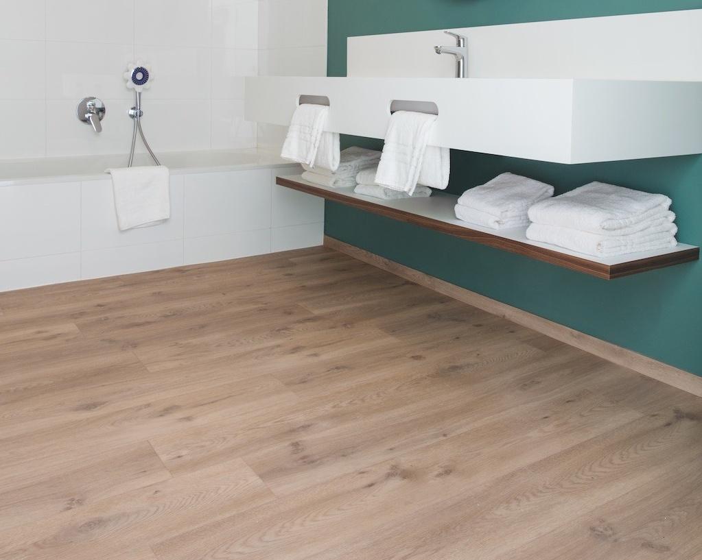 La sfida dell'acqua con i pavimenti in laminato impermeabile