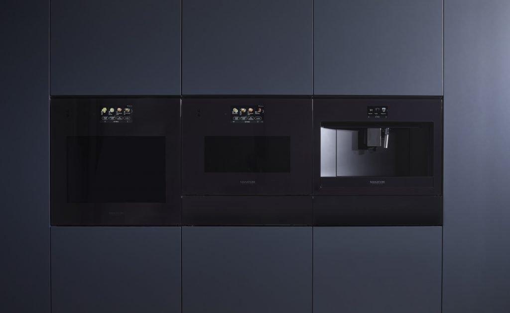 Cucina elegante e funzionale con la macchina da caffè da incasso