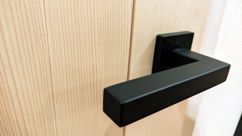 Noemi: la porta in legno massello assemblata a secco
