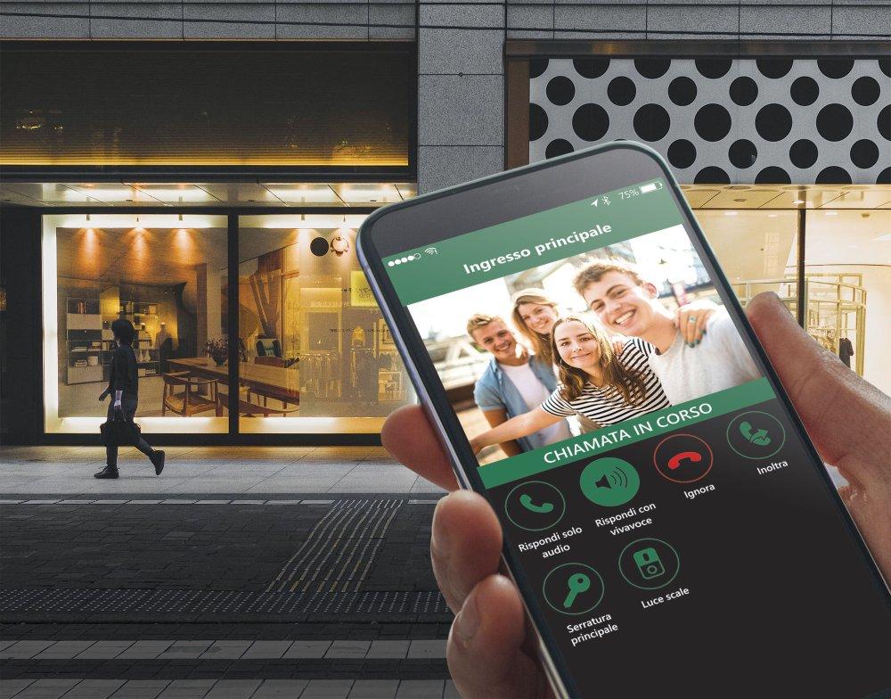 Il videocitofono smart Tab 5S Up si comanda con un click