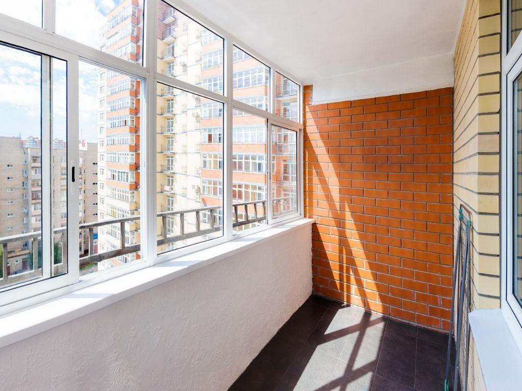 Chiudere il balcone con delle vetrate