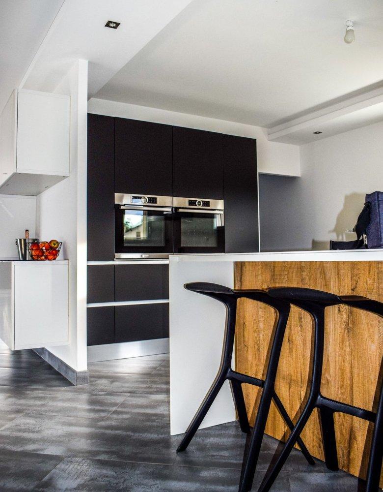 Cucina con isola a vista sul soggiorno