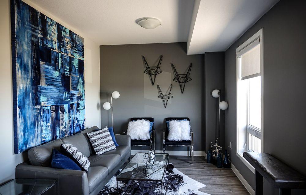 mobili addossati alle pareti appartamento piccolo